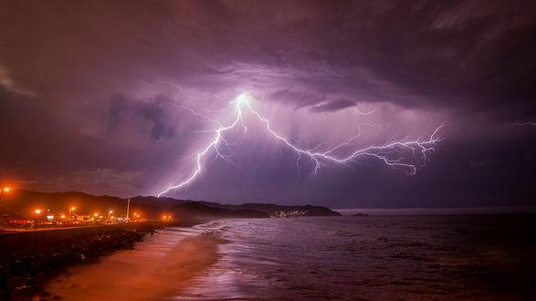 Обои Сильная гроза над морем и прибрежным городом, ночь