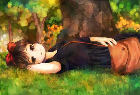 Обои Ведьмочка Кики из аниме Ведьмина служба доставки лежит на зеленой травке под деревом
