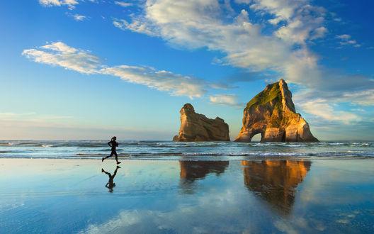 Обои Прибрежные скалы, пляж, волны прибоя, силуэт девушки на утренней пробежке, на фоне неба и облаков