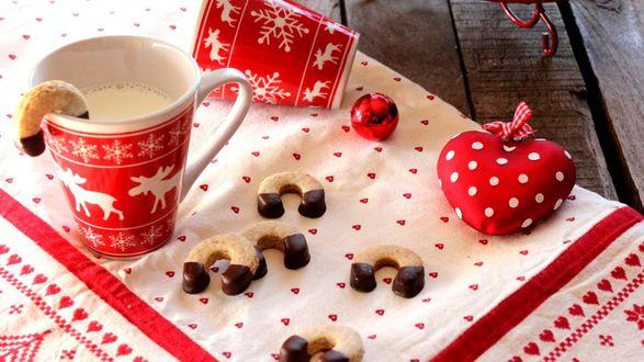 Обои На скатерти чашка молока с печеньками и елочной игрушкой