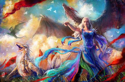 Обои Дэйнерис Таргариен / Daenerys Targaryen из сериала Игра престолов / Game of Thrones, в разноцветном платье стоит в поле с драконами, by Little-Lion-Lady