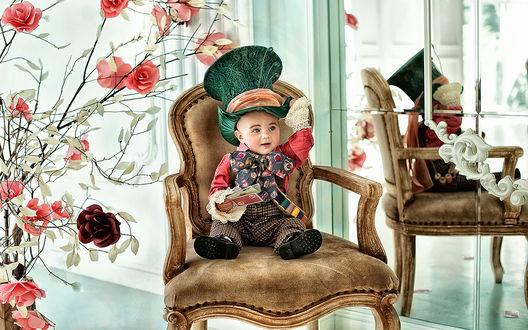 Обои Ребенок в костюме Шляпника сидит на винтажном мягком стуле, отражаясь в зеркале, фотограф Волкович Анна