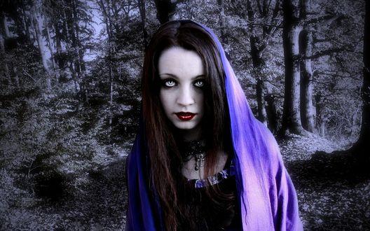 Обои Девушка с темными длинными волосами, серыми глазами в фиолетовом шарфе стоит в черно-белом лесу