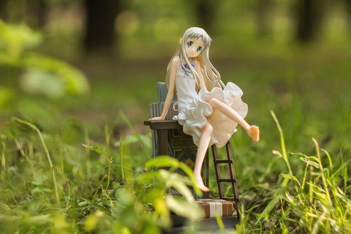 Обои Куколка Мэйко Хонмы (Мэнма) / Meiko Honma (Menma) из аниме А нам все невдомек, как звался тот цветок / Невиданный цветок / Ano Hi Mita Hana no Namae wo Bokutachi wa Mada Shiranai / AnoHana лежит сидит на стуле в траве, by Grishnakh666