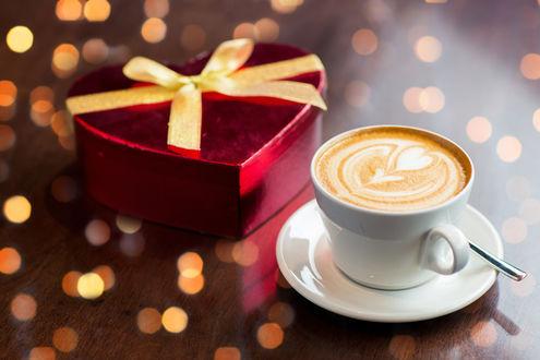 Обои Чашка капучино, стоящая рядом с подарочной коробкой в виде сердца