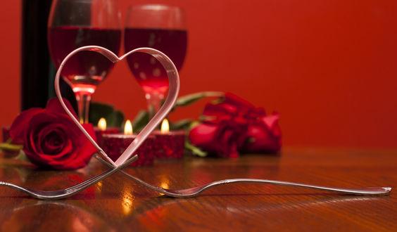 Обои Стол, накрытый для двоих влюбленных: два бокала с вином, свечи и розы, две вилки и сердце