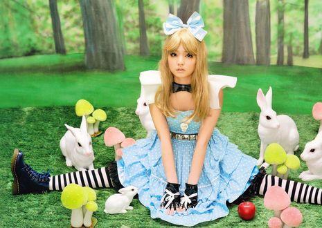 Обои Митисигэ Саюми / Michishige Sayumi в образе Алисы / Alice из сказки Alice in Wonderland / Алиса в стране Чудес