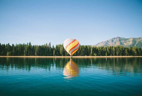Обои Воздушный шар на берегу озера