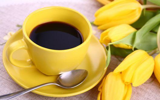 Обои Желтая чашка с черным кофе и желтые тюльпаны на столе