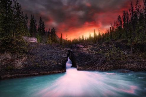 Обои Огненное облачное небо над горными образованиями и волоемом, фотограф Daniel Greenwood