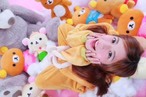 Обои Счастливая девушка азиатка сидит среди плюшевых медведей Korillakuma / Кориллакумы и Rilakkuma / Рилаккумы