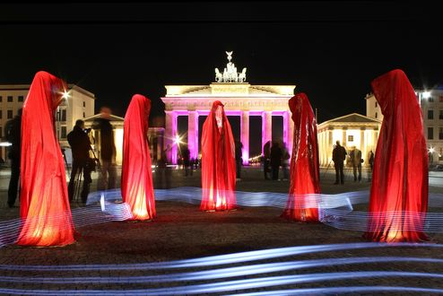 Обои Deutschland, Berlin, Brandenburger Tor / Берлин, Бранденбургские Ворота, танец девушек в красных одеяниях, ночь, композиция