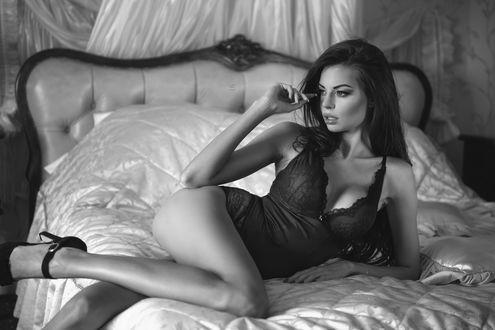 Обои Девушка в красивом нижнем белье и туфлях лежит на кровати, поднеся руку к лицу, модель Justyna Gradek / Юстина Градек, by Lukasz Derengowski