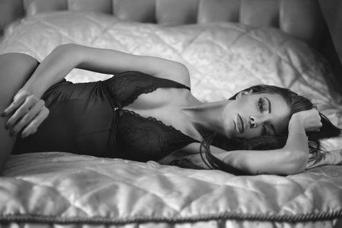 Обои Девушка в нижнем белье лежит на кровати, поднеся руку к волосам, Justyna Gradek / Юстина Градек, by Lukasz Derengowski