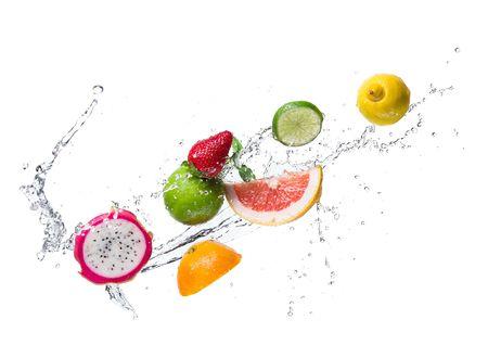 Обои Лимон, лайм, грейпфрут, клубника, апельсин и драконий фрукт в брызгах воды