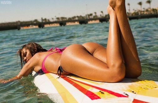 Обои Загорелая девушка плывет на доске для серфинга, модель Виктория Одинцова