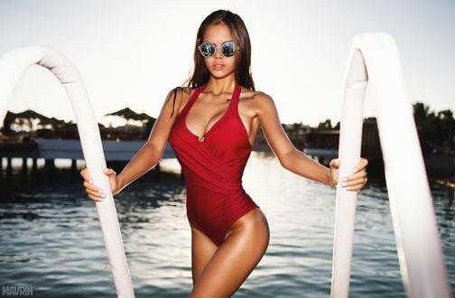 Обои Девушка в солнцезащитных очках и красном купальнике выходит из бассейна, модель Виктория Одинцова, MAVRIN