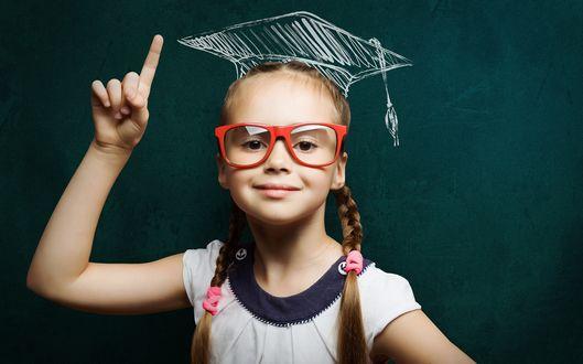 Обои Девочка в красных очках на фоне школьной доски