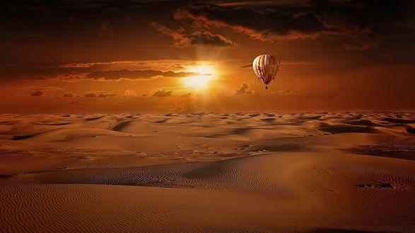 Обои Воздушный шар летит над пустыней