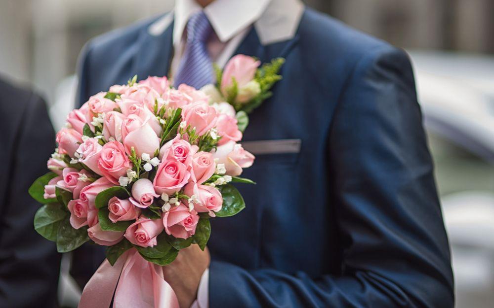Аниме парень с цветами