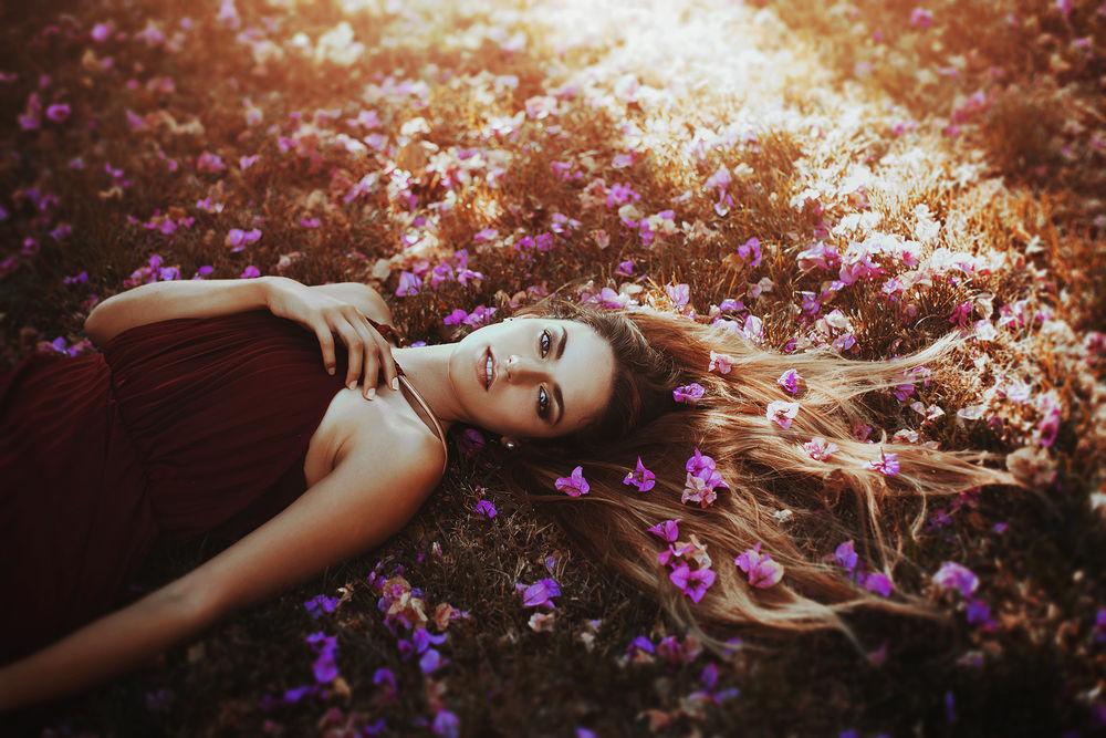 Обои для рабочего стола Девушка, волосы которой в цветах, лежит на земле, фотограф Ronny Garcia