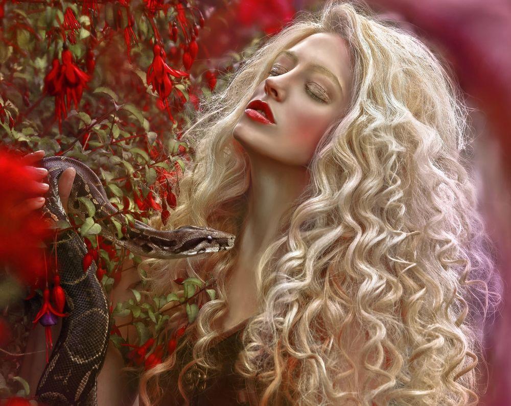 Фото блондинка девушка змея