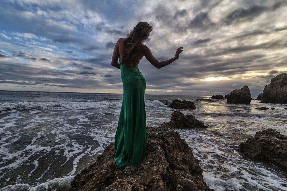 вечернее платье сзади у моря фото есть так