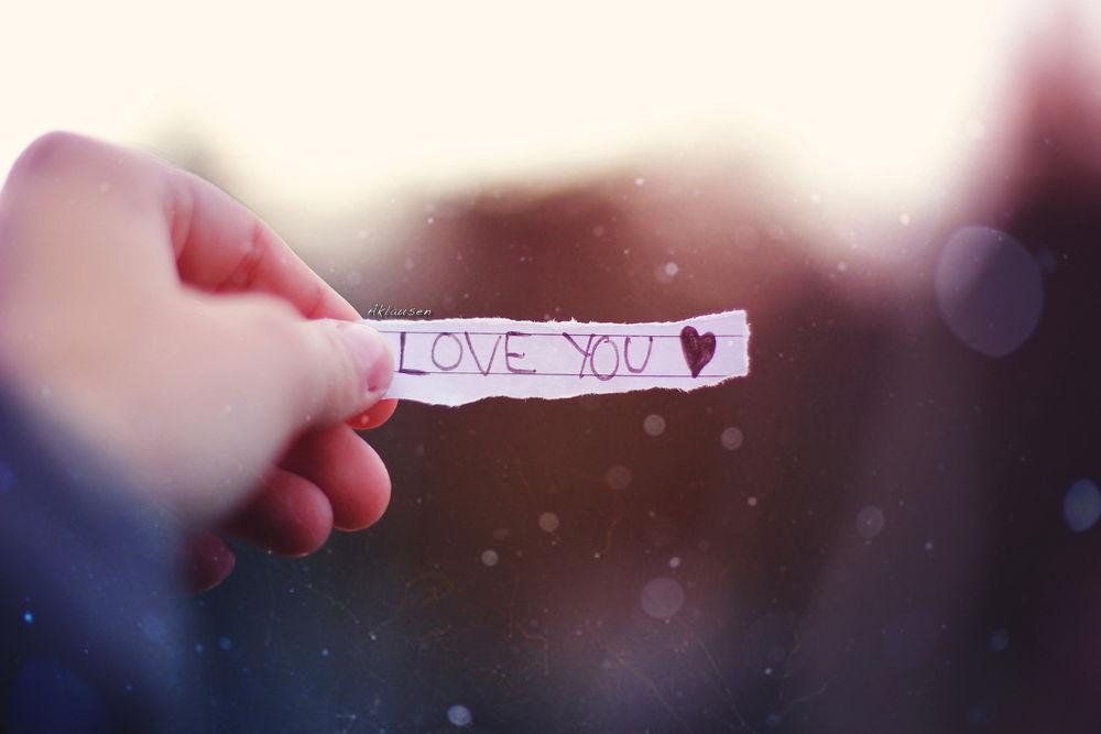 Обои для рабочего стола В руке бумажка с надписью I love you / я люблю тебя