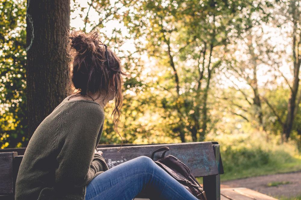 Картинки девушка сидит сзади