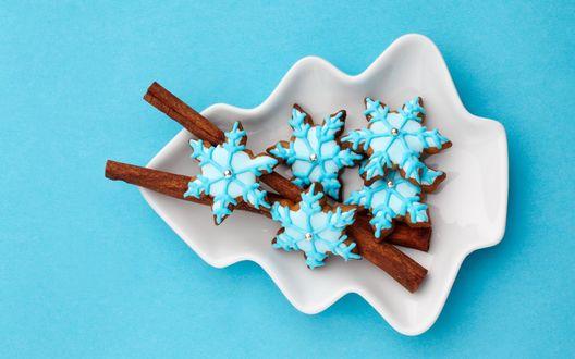 Обои Печенье в виде снежинок с глазурью лежат в тарелке в виде елки