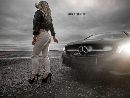 Обои Блондинка стоит на морскому берегу возле автомобиля Mercedes-Benz / Мерседес-Бенц, autumn sketches / осенние зарисовки