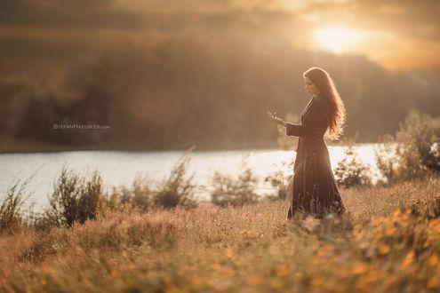 Обои Девушка в длинном платье стоит недалеко от реки, фотограф Stefan Hаusler