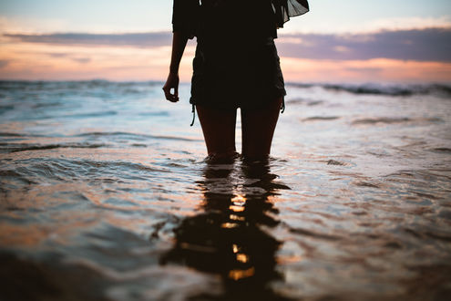 Обои Девушка стоит в воде, фотограф Dean Raphael