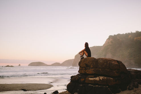 Обои Девушка сидит на огромном камне у моря, фотограф Dean Raphael