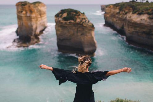 Обои Девушка стоит к нам спиной, любуясь видом на море, фотограф Dean Raphael