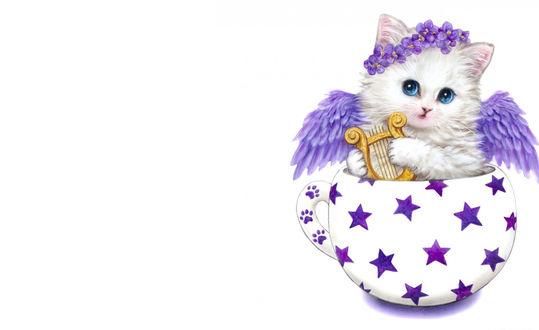 Обои Белый котенок с голубыми глазами с сиреневыми крыльями, с веночком из сиреневых цветов на голове держит в лапах лиру, сидя в чашке с нарисованными сиреневыми звездами