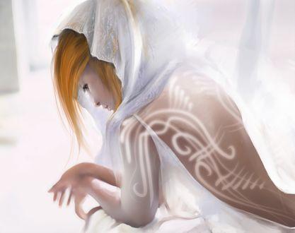 Обои Девушка в белом капюшоне с символами на спине