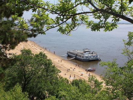 Обои Хабаровск, река Амур, пристань, лодки, пляж, люди, деревья на переднем плане, лето