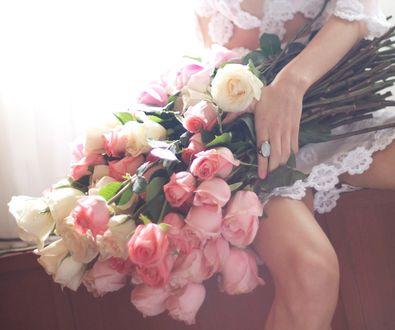 Обои Девушка держит большой букет роз