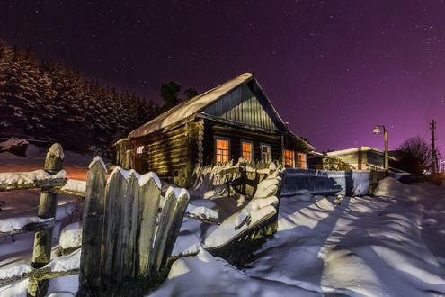 Обои Деревенский домик в зимнюю снежную ночь, фотограф Кирилл Уютнов