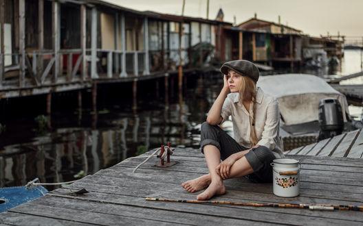 Обои Модель Alice Tarasenko / Алиса Тарасенко сидит на причале с бидоном, грустно смотря на старые дома, фотограф Maxim Guselnikov