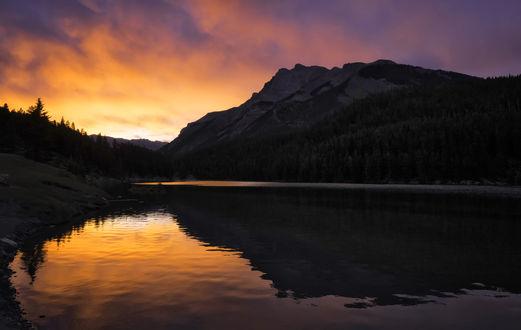 Обои Яркий закат на Lake in Alberta, Canada / озере в провинции Альберта, Канада, фотограф Jeff Clow