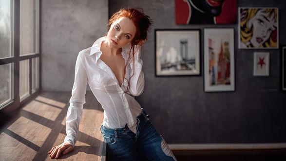 Обои Девушка в белой рубашке и джинсах стоит у окна, фотограф Георгий Чернядьев