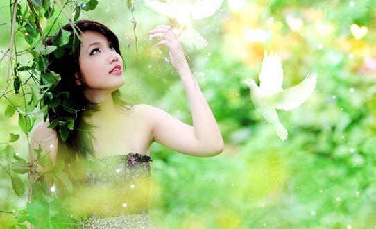 Обои Девушка с парой белых голубков, зеленая ветка, сердечко, на фоне размытой разноцветной листвы