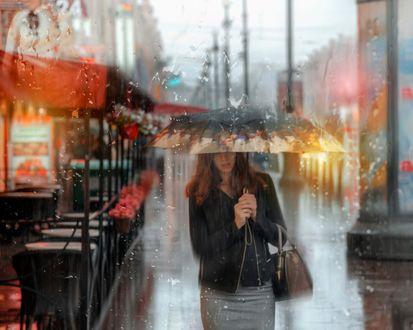 Обои Девушка под зонтом идет в дождь по городской улице, фотограф Эдуард Гордеев
