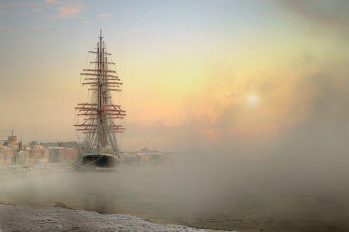 Обои Парусник пришвартован у городского причала, зимнее утро, фотограф Эдуард Гордеев