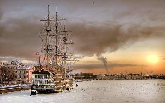 Обои Парусник на скованной льдом утренней Неве, Санкт-Петербург, фотограф Эдуард Гордеев