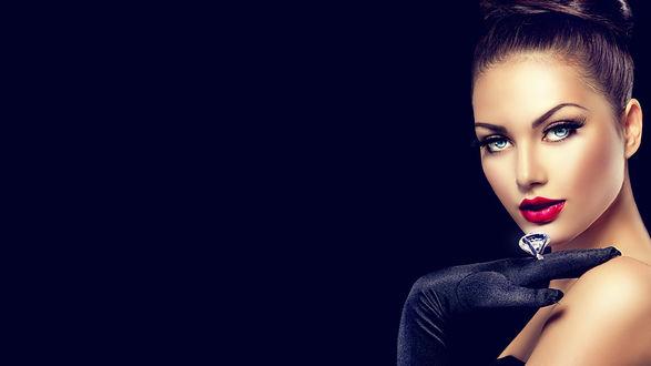 Обои Гламурная девушка с бриллиантовым кольцом на темно-смнем фоне