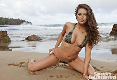 Обои Девушка в купальнике позирут на морском берегу, Emily DiDonato / Эмили Ди Донато для журнала Sports Illustrated