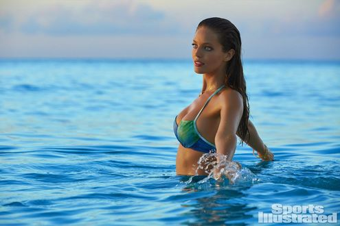 Обои Красивая девушка в купальнике стоит в морских волнах, Emily DiDonato / Эмили Ди Донато для журнала Sports Illustrated